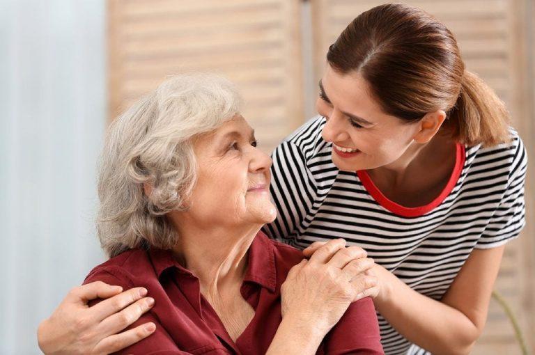 4 совета от городской патронажной службы «ХелпТайм», которые изменят общение с пожилыми к лучшему