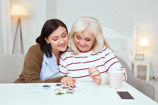 Как помочь бабушке в борьбе с болезнью Альцгеймера и Паркинсона? Пригласите сиделку для бабушки!